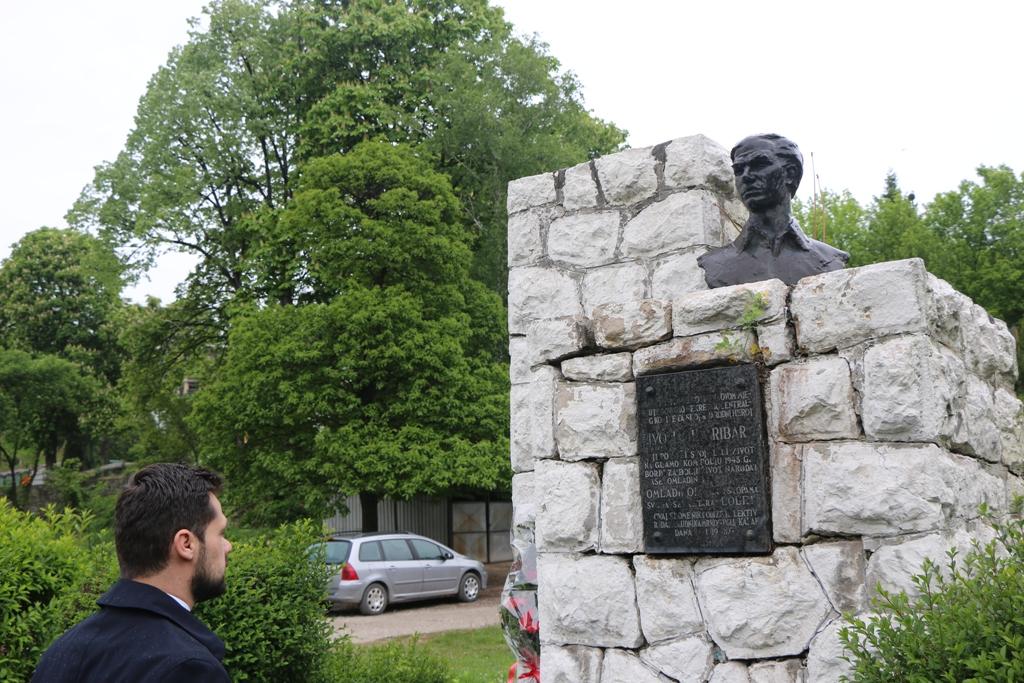 Načelnik Aldin Šljivo položio cvijeće na zaboravljena kakanjska spomen-obilježja Ivi Loli Ribaru, Mehmedu Skopljaku i Rudiju Čajavecu
