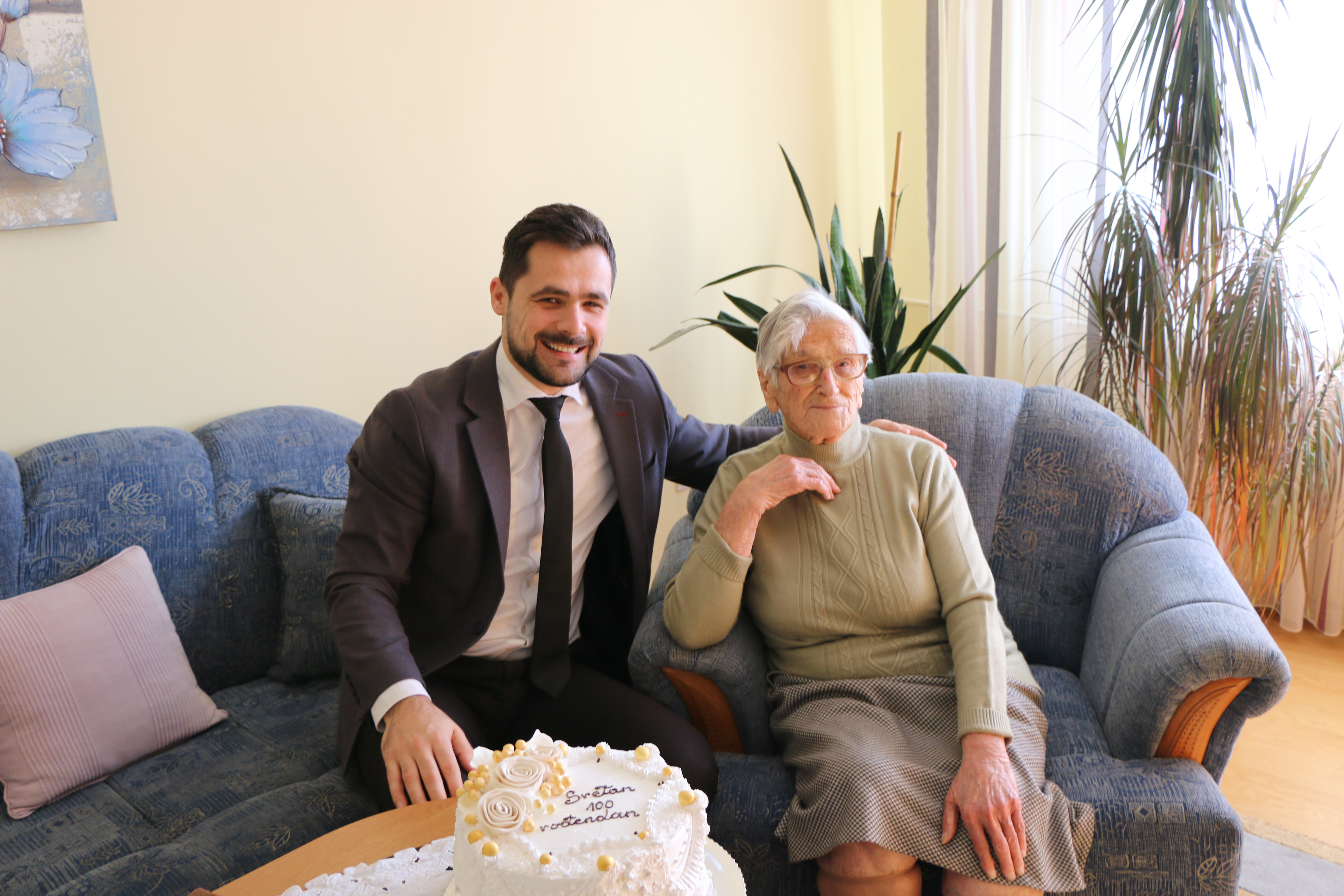 U Kaknju se može doživjeti ugodna treća dob: Načelnik Aldin Šljivo čestitao 100. rođendan našoj sugrađanki Pauli Batič