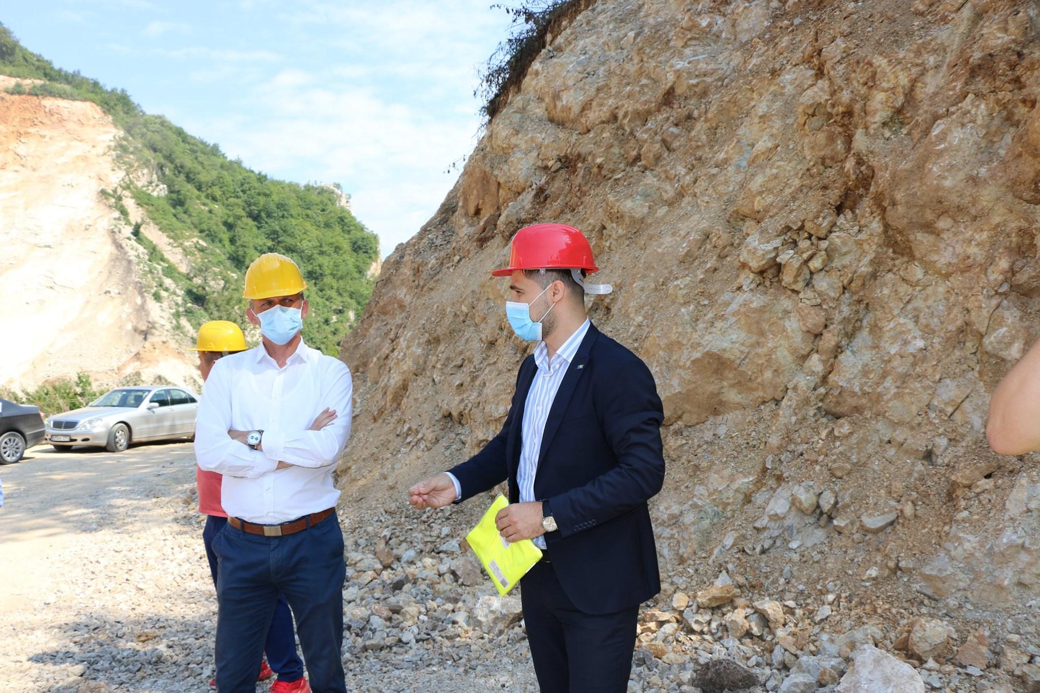 Probijanje trase puta Donji Kakanj-Kondžilo: Premijer i ministri Vlade ZDK sa općinskim načelnikom obišli aktuelne radove, očekuje se dodatnih 600.000 KM za završetak I faze