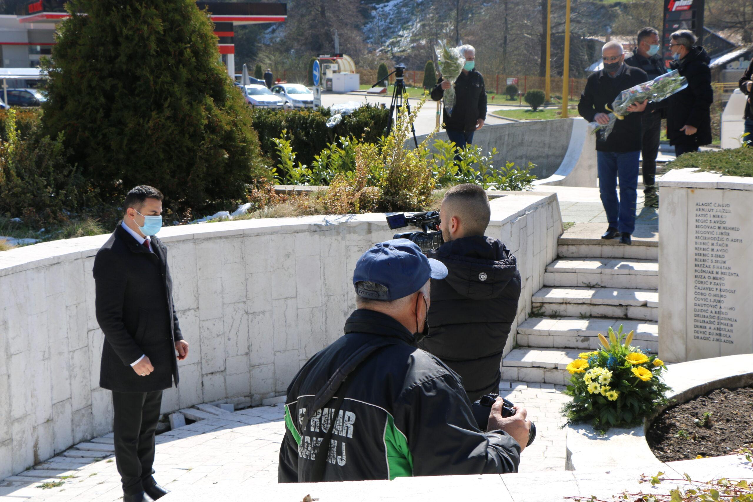 Gradski spomen-park: Položeno cvijeće na spomen-obilježja povodom 8. aprila-Dana oslobođenja Kaknja